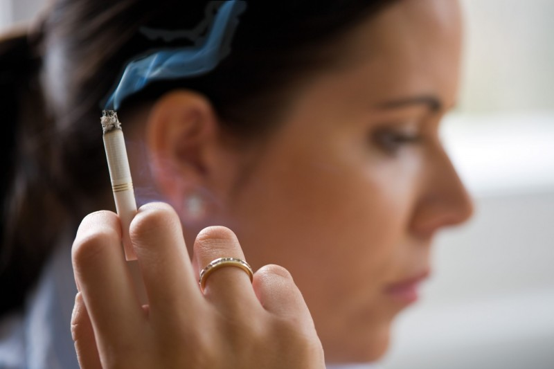 Το παθητικό κάπνισμα αυξάνει τον κίνδυνο υπογονιμότητας και πρώιμης εμμηνόπαυση